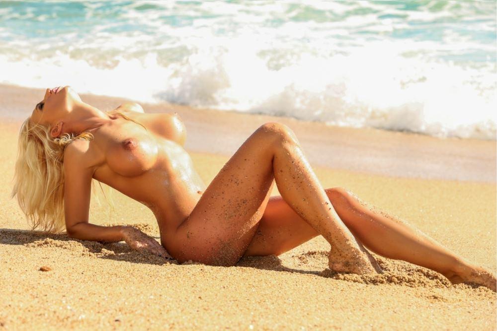 AntonMariam-foto-en-playa-chica-desnuda